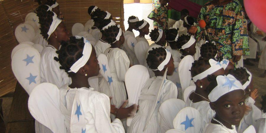 Des enfants habillés en anges chantent lors de la fête de l'Epiphanie.