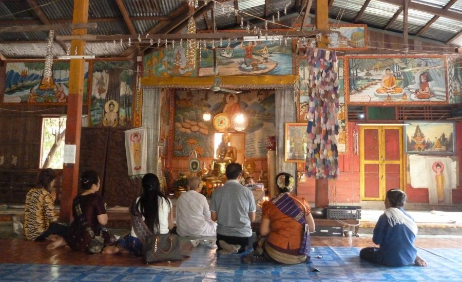 Prières au temple / Laos - © A. Eon